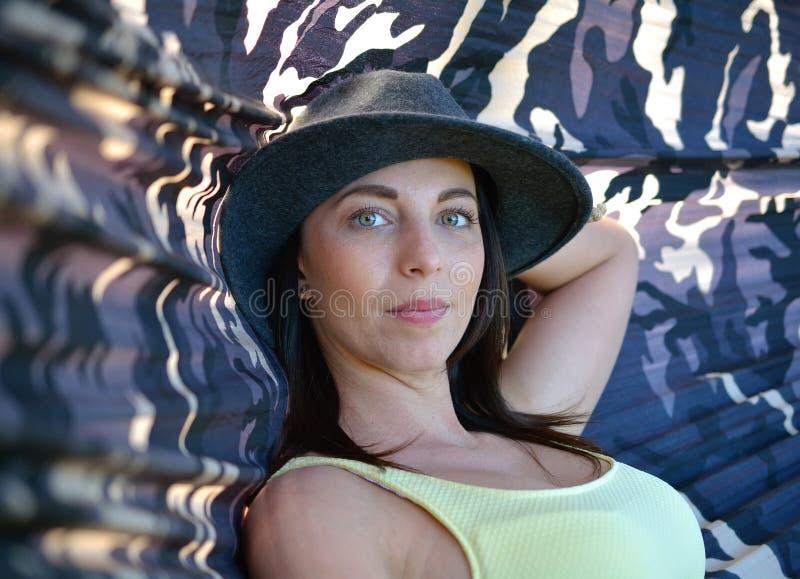 Νέα όμορφη γυναίκα σε μια αιώρα στοκ φωτογραφία με δικαίωμα ελεύθερης χρήσης