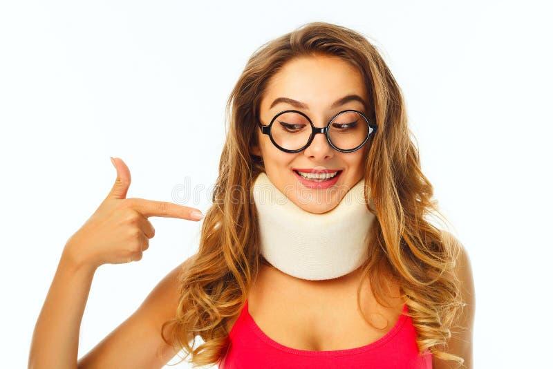Νέα όμορφη γυναίκα στα στρογγυλά αστεία γυαλιά που φορούν τον ιατρικό συνταγματάρχη στοκ εικόνες