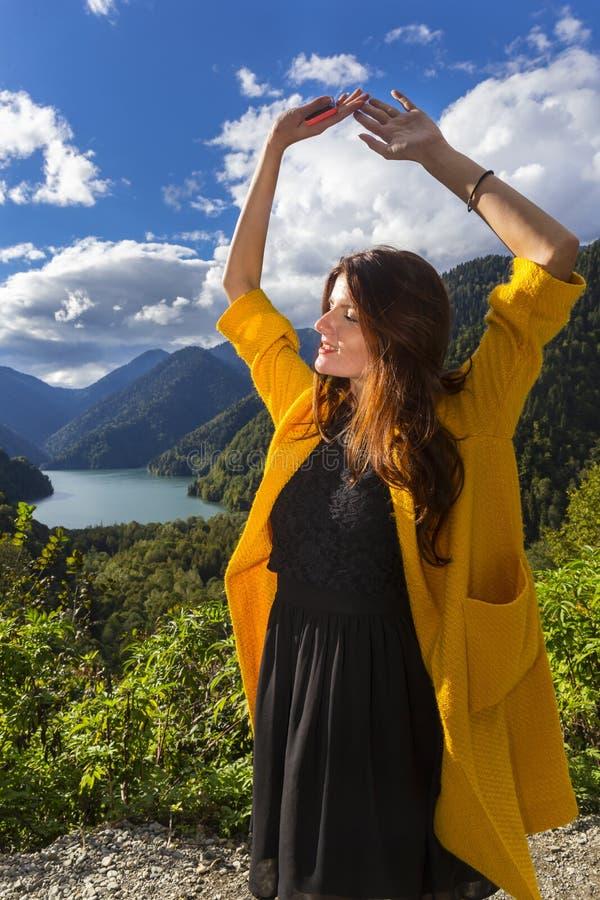 Νέα όμορφη γυναίκα στην ηλιοφάνεια στοκ φωτογραφίες με δικαίωμα ελεύθερης χρήσης