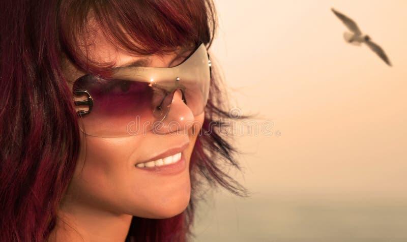 Νέα όμορφη γυναίκα στην παραλία. στοκ φωτογραφίες