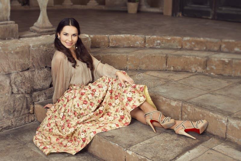 Νέα όμορφη γυναίκα στη φούστα λουλουδιών στοκ φωτογραφία με δικαίωμα ελεύθερης χρήσης