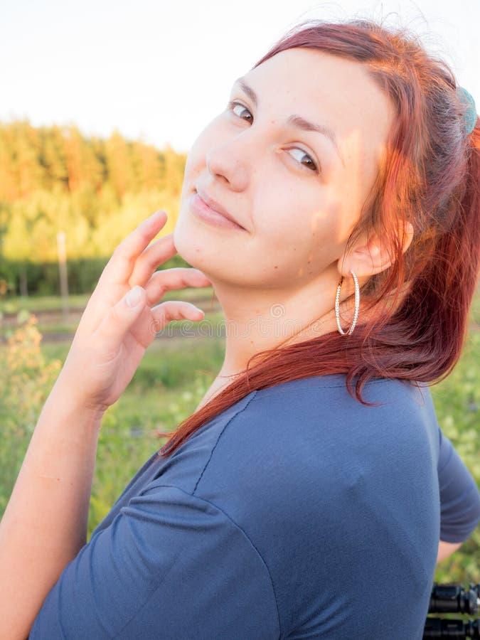 Νέα όμορφη γυναίκα στη φύση στοκ εικόνα