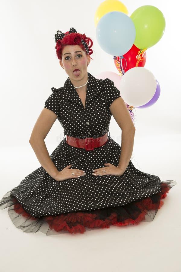 Νέα όμορφη γυναίκα στο αναδρομικό φόρεμα στοκ εικόνα