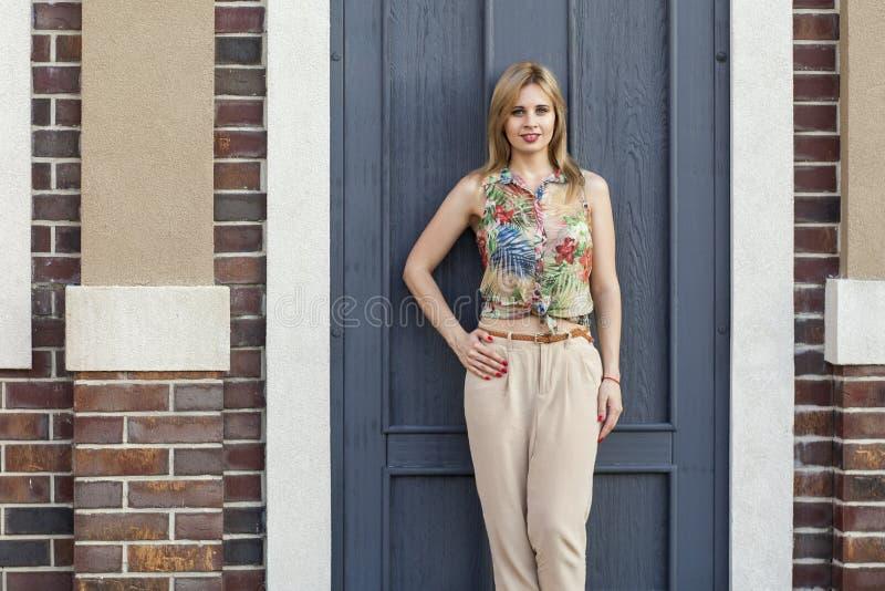 Νέα όμορφη γυναίκα στο τροπικό πουκάμισο και τα μπεζ galligaskins s στοκ εικόνα με δικαίωμα ελεύθερης χρήσης