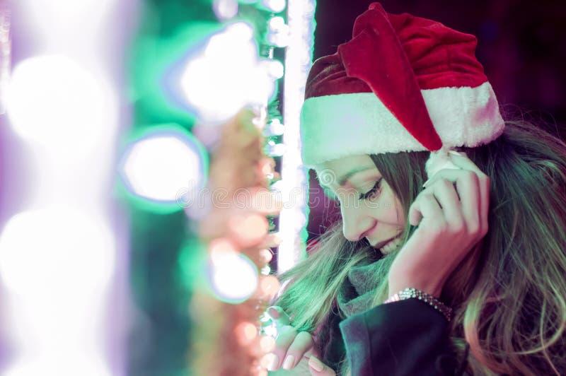 Νέα όμορφη γυναίκα υπαίθρια το χειμώνα γυναίκα santa τσαντών στοκ εικόνες με δικαίωμα ελεύθερης χρήσης