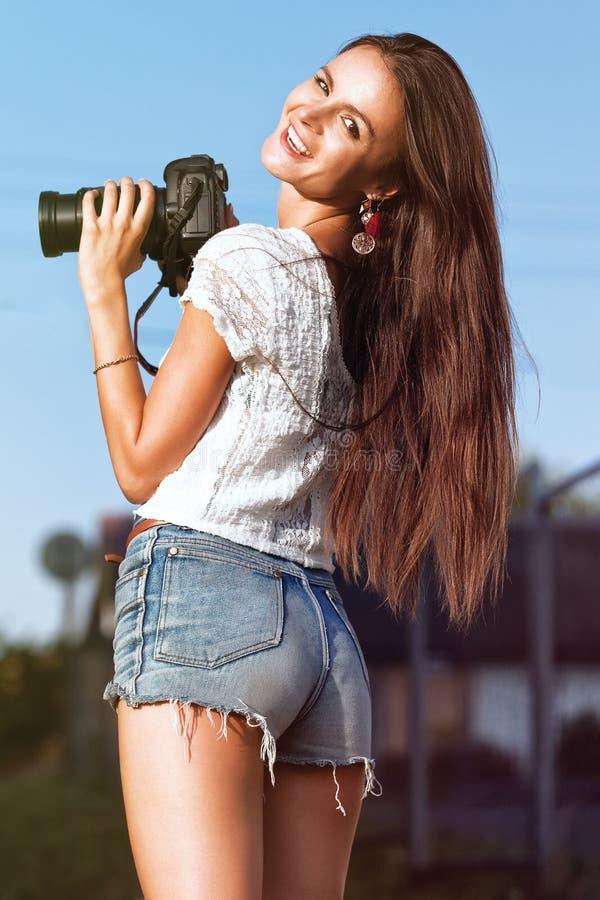 Νέα όμορφη γυναίκα φωτογράφων στοκ φωτογραφίες