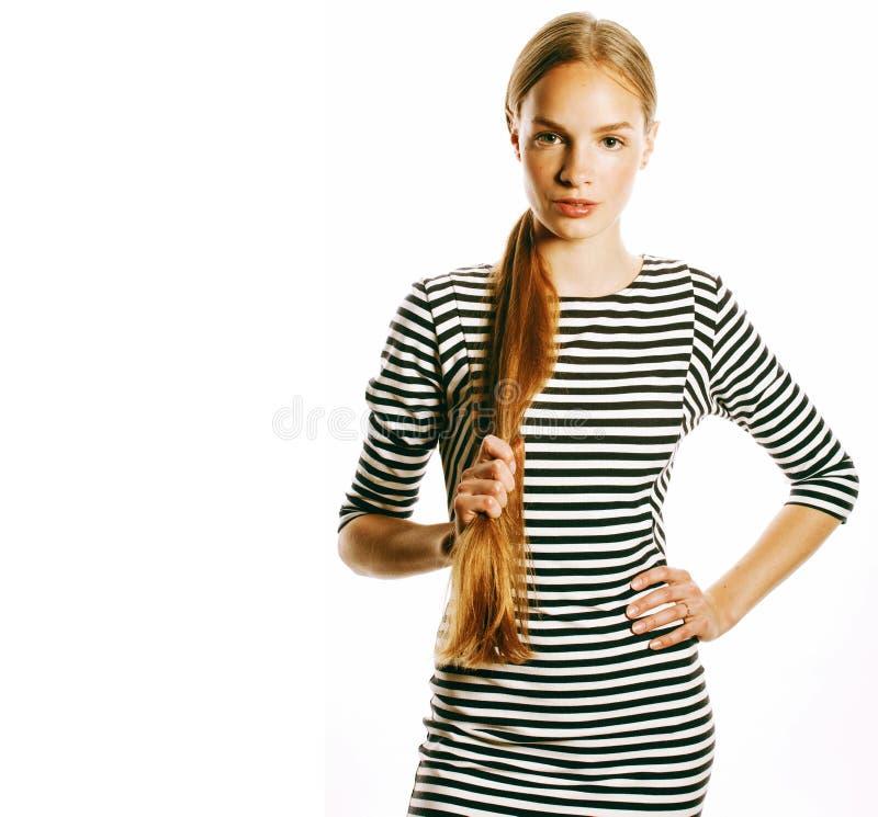 Νέα όμορφη γυναίκα φόρεμα λουρίδων που απομονώνεται στο κομψό στο λευκό στοκ φωτογραφία
