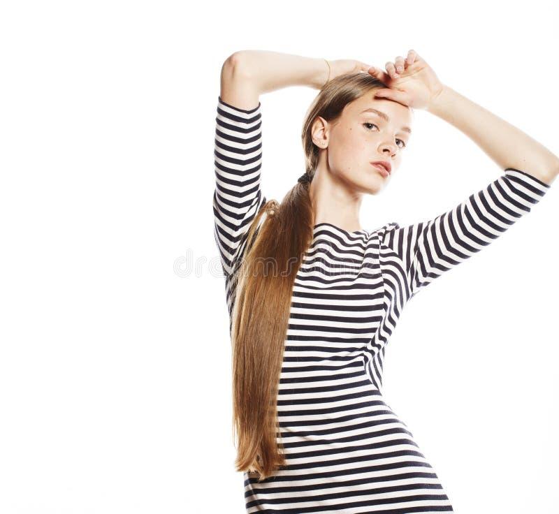Νέα όμορφη γυναίκα φόρεμα λουρίδων που απομονώνεται στο κομψό στο λευκό στοκ εικόνες