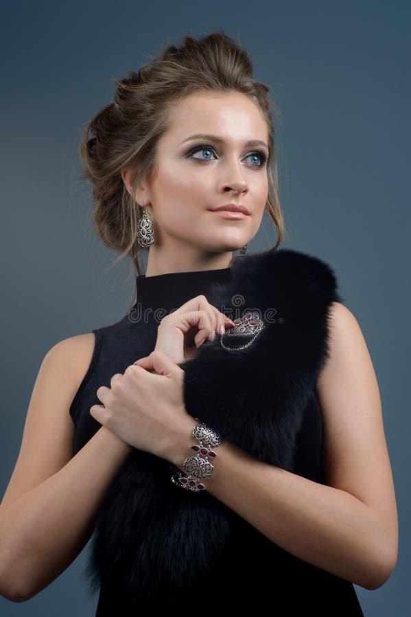 Νέα όμορφη γυναίκα brunette στο κόσμημα πολυτέλειας, πλούσιο pe τρόπου ζωής στοκ εικόνα