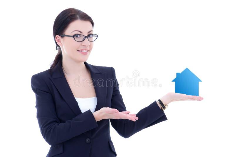 Νέα όμορφη επιχειρησιακή γυναίκα που κρατά το μικρό isola χεριών σπιτιών διαθέσιμο στοκ φωτογραφία με δικαίωμα ελεύθερης χρήσης