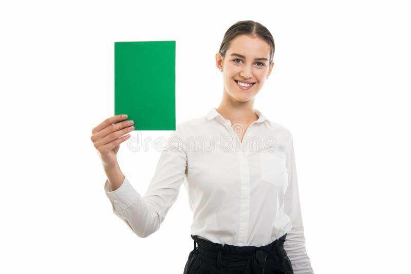 Νέα όμορφη επιχειρησιακή γυναίκα που κρατά το πράσινο χαρτόνι και το χαμόγελο στοκ φωτογραφία με δικαίωμα ελεύθερης χρήσης