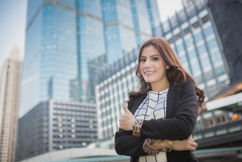Νέα όμορφη επιχειρησιακή γυναίκα που παρουσιάζει αντίχειρα επάνω στο χέρι, επιχειρησιακή έννοια της επιτυχίας στοκ φωτογραφία με δικαίωμα ελεύθερης χρήσης