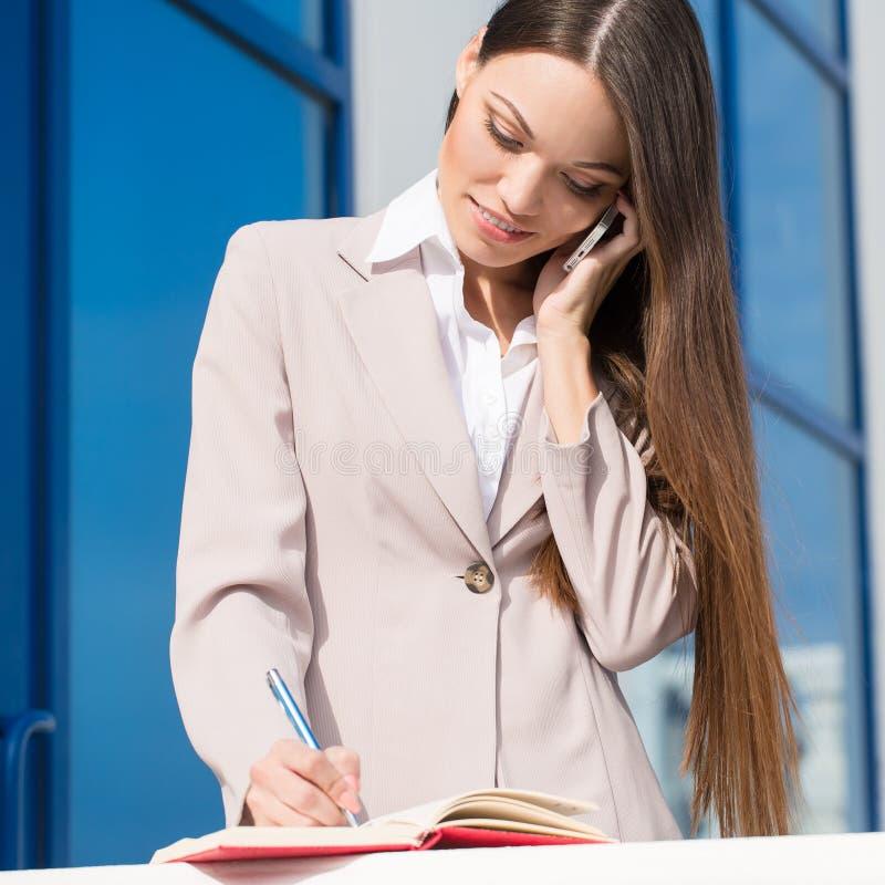 Νέα όμορφη επιχειρησιακή γυναίκα στην εργασία στοκ φωτογραφίες