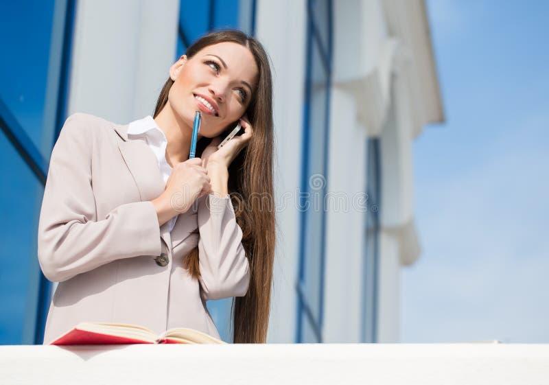 Νέα όμορφη επιχειρησιακή γυναίκα στην εργασία στοκ φωτογραφία