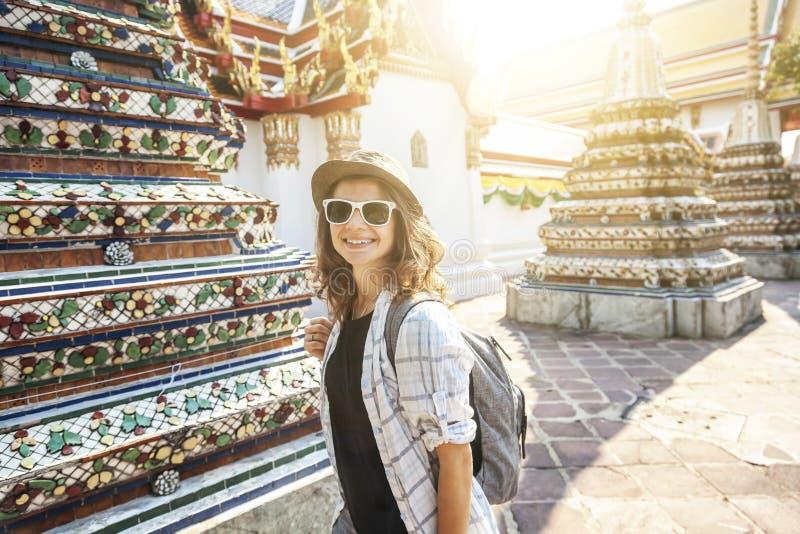 Νέα όμορφη ευτυχής χαμογελώντας Ευρωπαία γυναίκα τουριστών σε ένα καπέλο και γυαλιά σε έναν βουδιστικό ναό στη Μπανγκόκ ταξιδεύω  στοκ φωτογραφίες με δικαίωμα ελεύθερης χρήσης