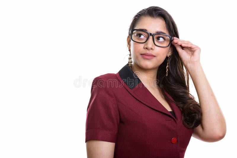 Νέα όμορφη ινδική επιχειρηματίας που σκέφτεται ανατρέχοντας α στοκ εικόνες