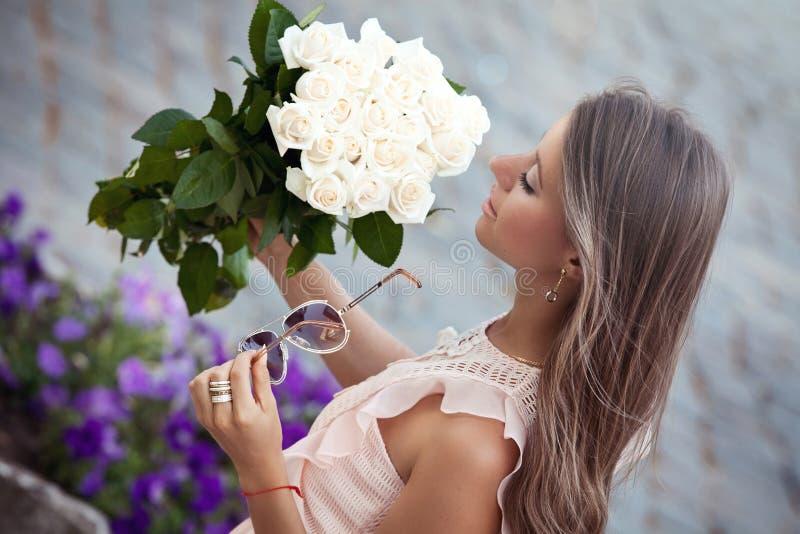 Νέα όμορφη κυρία με τα τριαντάφυλλα στοκ φωτογραφία με δικαίωμα ελεύθερης χρήσης