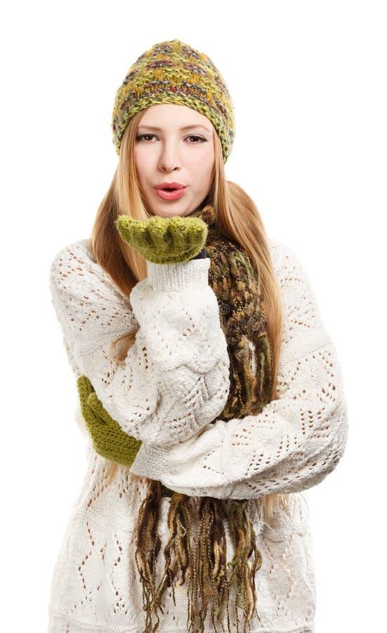 Νέα όμορφη μοντέρνη ξανθή γυναίκα στο διαφοροποιημένο πλεκτό καπέλο, στοκ εικόνες
