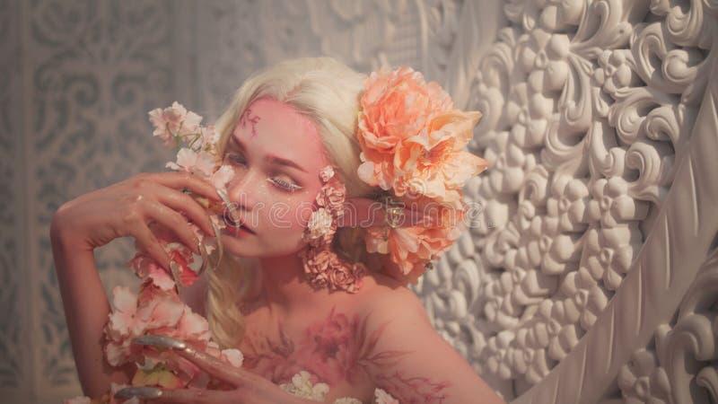 Νέα όμορφη νεράιδα κοριτσιών Δημιουργική σύνθεση και bodyart στοκ φωτογραφίες