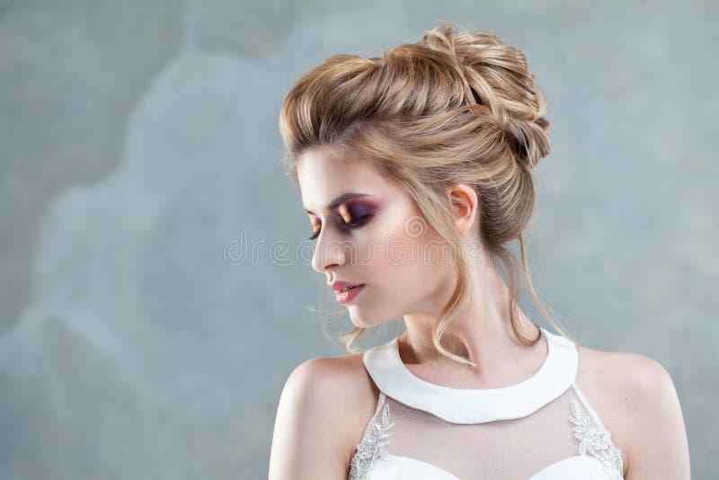 Νέα όμορφη νύφη με ένα κομψό υψηλό hairdo Γάμος hairstyle με το εξάρτημα στην τρίχα της στοκ εικόνες με δικαίωμα ελεύθερης χρήσης