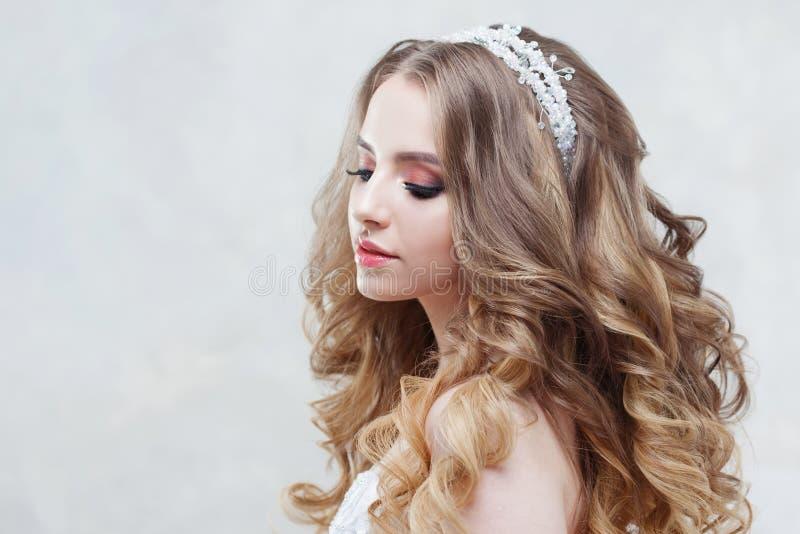Νέα όμορφη νύφη με τις πολυτελείς μπούκλες Γάμος hairstyle με την τιάρα στοκ φωτογραφία