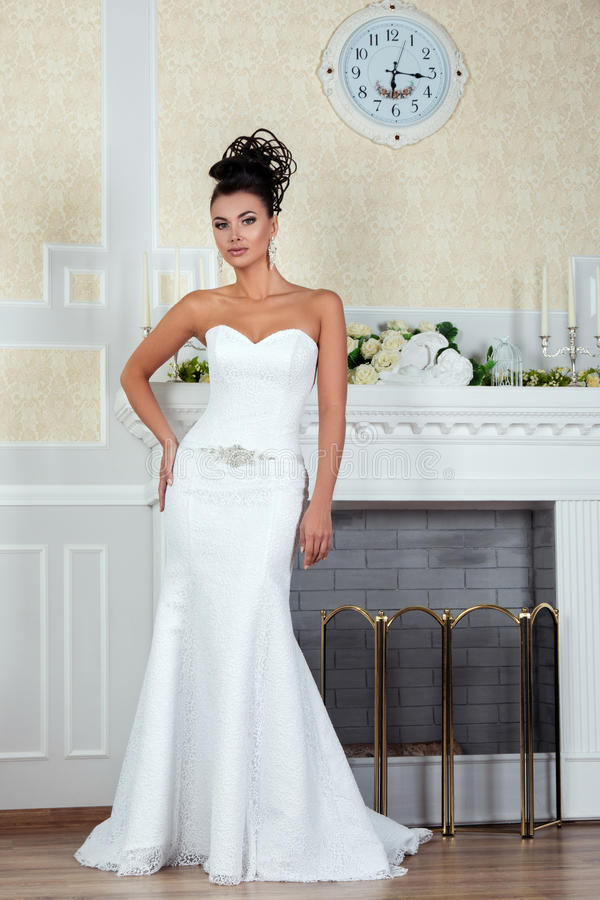 Νέα όμορφη νύφη που στέκεται κοντά στην εστία στοκ φωτογραφίες