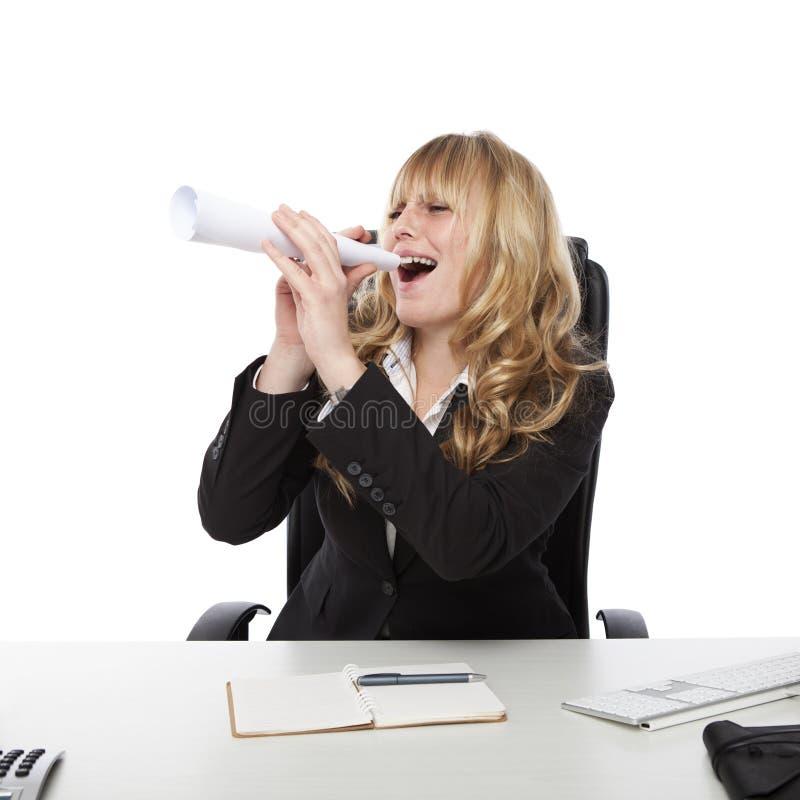 Νέα όμορφη ξανθή μαλλιαρή επιχειρησιακή γυναίκα στοκ φωτογραφία με δικαίωμα ελεύθερης χρήσης
