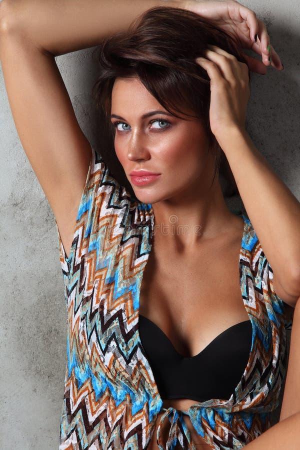 Νέα όμορφη προκλητική μαυρισμένη γυναίκα με την καθαρή σύνθεση στοκ εικόνα