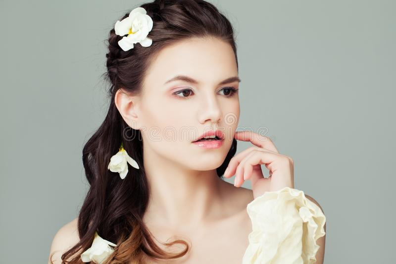 Νέα όμορφη πρότυπη γυναίκα με το υγιές πορτρέτο δερμάτων r στοκ εικόνα με δικαίωμα ελεύθερης χρήσης