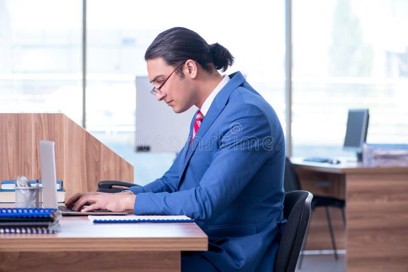 Νέα όμορφη συνεδρίαση επιχειρηματιών στο γραφείο στοκ φωτογραφίες με δικαίωμα ελεύθερης χρήσης