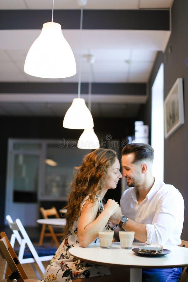 Νέα όμορφη συνεδρίαση κοριτσιών με το φίλο στον καφέ και τη στήριξη στοκ φωτογραφία με δικαίωμα ελεύθερης χρήσης