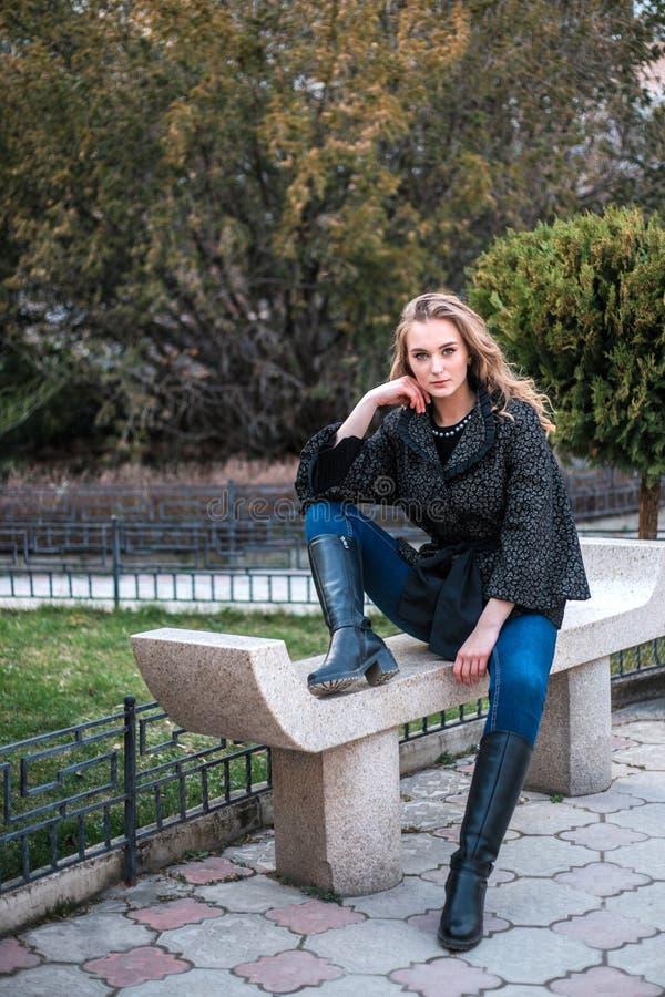 Νέα όμορφη τοποθέτηση γυναικών στη κάμερα υπαίθρια στοκ φωτογραφίες