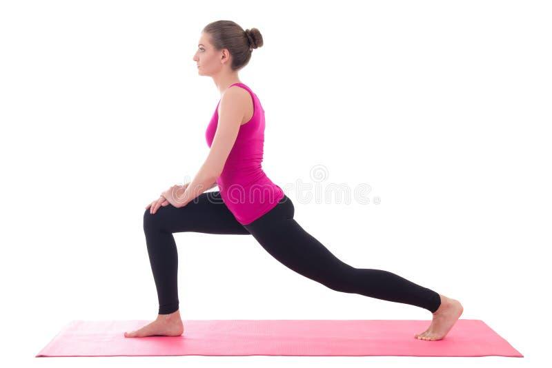 Νέα όμορφη φίλαθλη γυναίκα που κάνει την τεντώνοντας άσκηση στη γιόγκα μ στοκ φωτογραφία