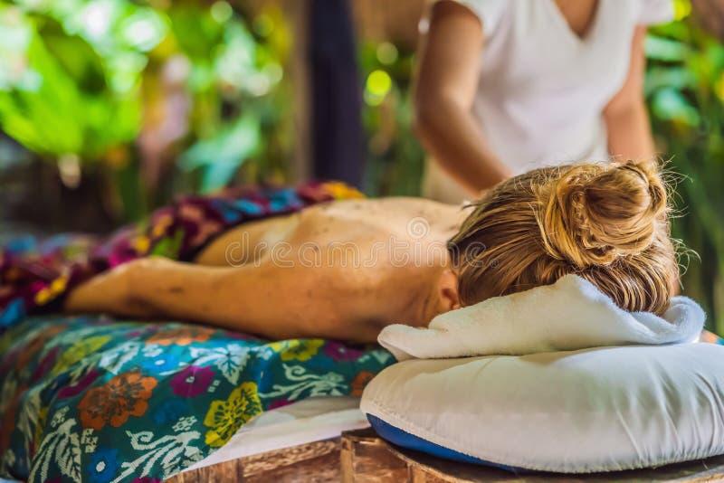 Νέα όμορφη χαλαρώνοντας γυναίκα που παίρνει το μασάζ SPA του ώμου στο σαλόνι ομορφιάς στοκ εικόνες με δικαίωμα ελεύθερης χρήσης
