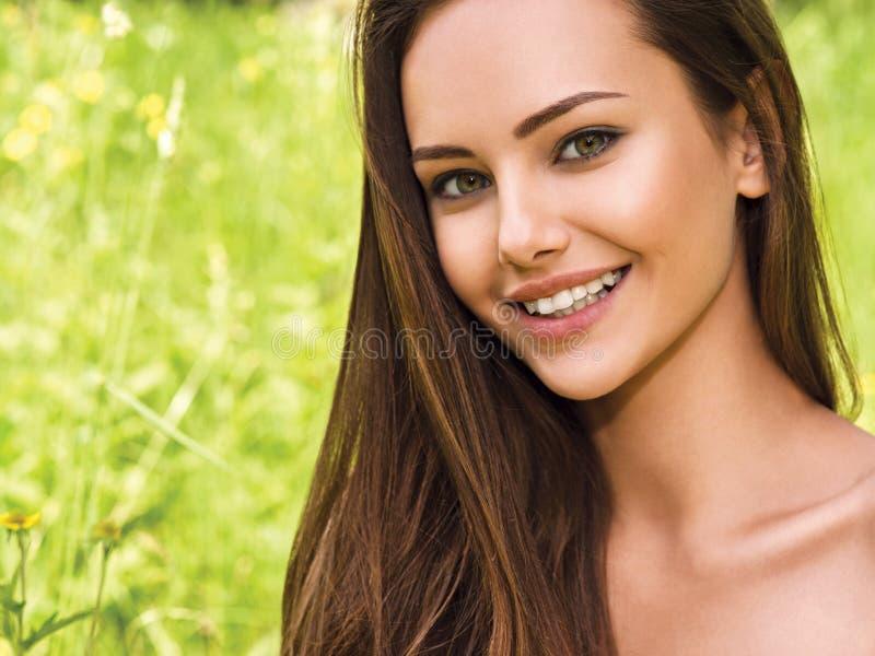 Νέα όμορφη χαμογελώντας γυναίκα υπαίθρια στοκ φωτογραφίες