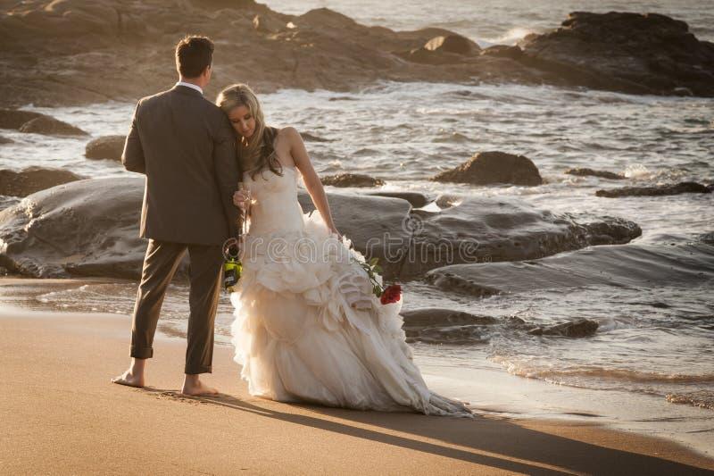 Νέα όμορφη χαλάρωση ζευγών στην παραλία στοκ φωτογραφίες