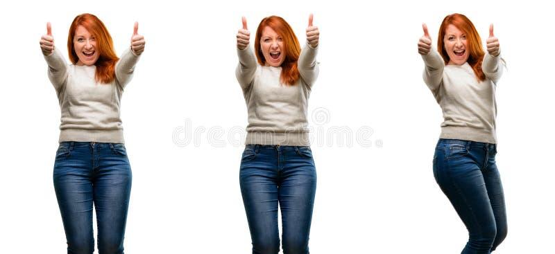 Νέα όμορφη redhead γυναίκα που απομονώνεται πέρα από το άσπρο υπόβαθρο στοκ εικόνα