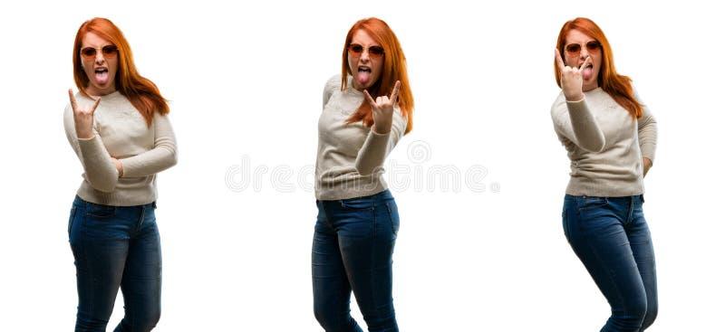 Νέα όμορφη redhead γυναίκα που απομονώνεται πέρα από το άσπρο υπόβαθρο στοκ εικόνα με δικαίωμα ελεύθερης χρήσης