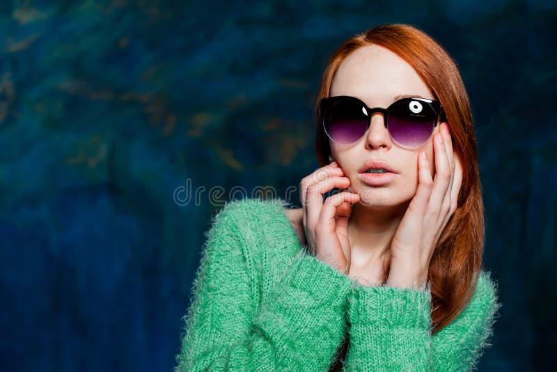 Νέα όμορφη redhead γυναίκα στα γυαλιά ηλίου στοκ εικόνα με δικαίωμα ελεύθερης χρήσης