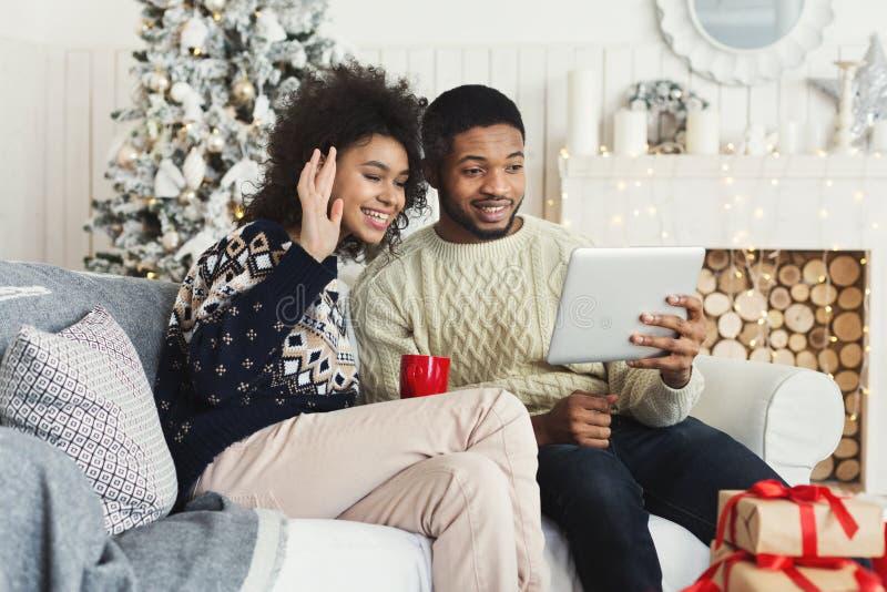 Νέα bloggers που καταγράφουν το βίντεο Χριστουγέννων στο σπίτι στοκ φωτογραφίες