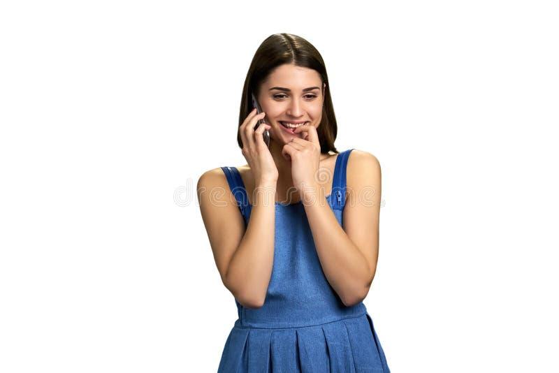 Νέα flirty γυναίκα που μιλά στο τηλέφωνο στοκ φωτογραφία