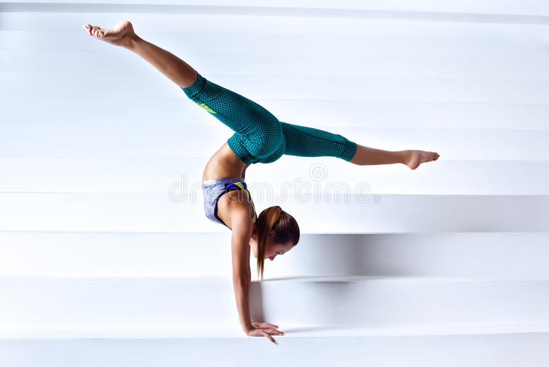 Νέα gymnast γυναίκα στοκ φωτογραφία