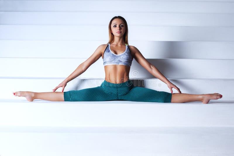 Νέα gymnast γυναίκα στοκ φωτογραφίες