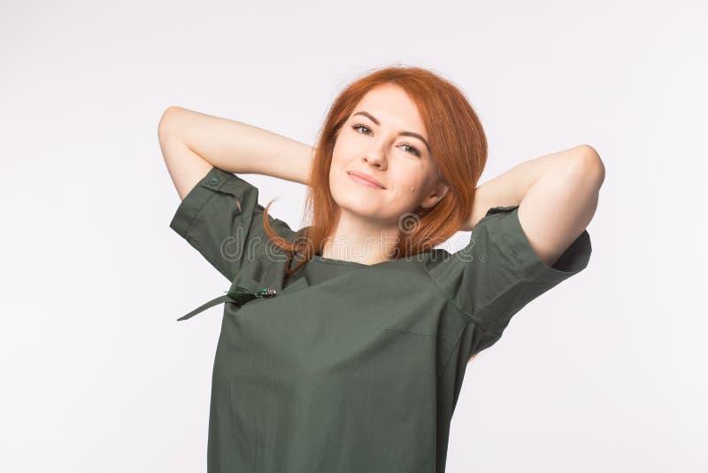 Νέα redhead τοποθέτηση γυναικών στο άσπρο υπόβαθρο στοκ φωτογραφία