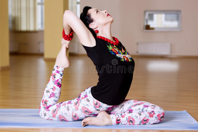 Νέα women do yoga στο εσωτερικό στοκ φωτογραφία με δικαίωμα ελεύθερης χρήσης