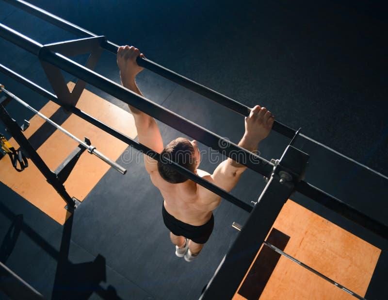 Νέες ασκήσεις αθλητικών τύπων στον οριζόντιο φραγμό στη σύγχρονη λειτουργική γυμναστική r στοκ εικόνες με δικαίωμα ελεύθερης χρήσης