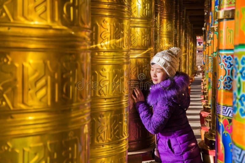 Νέες γυναίκες και βουδιστικές ρόδες προσευχής στοκ εικόνα με δικαίωμα ελεύθερης χρήσης