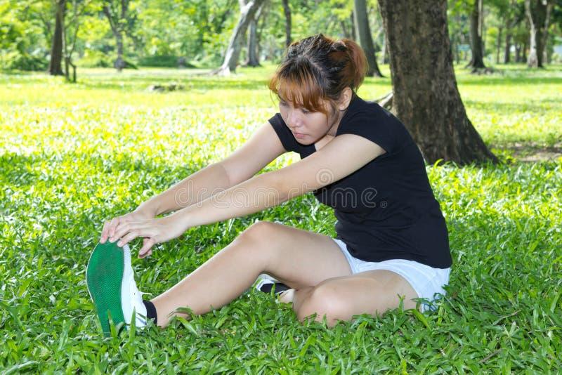 Νέες γυναίκες με το τέντωμα των ποδιών της στοκ φωτογραφία με δικαίωμα ελεύθερης χρήσης