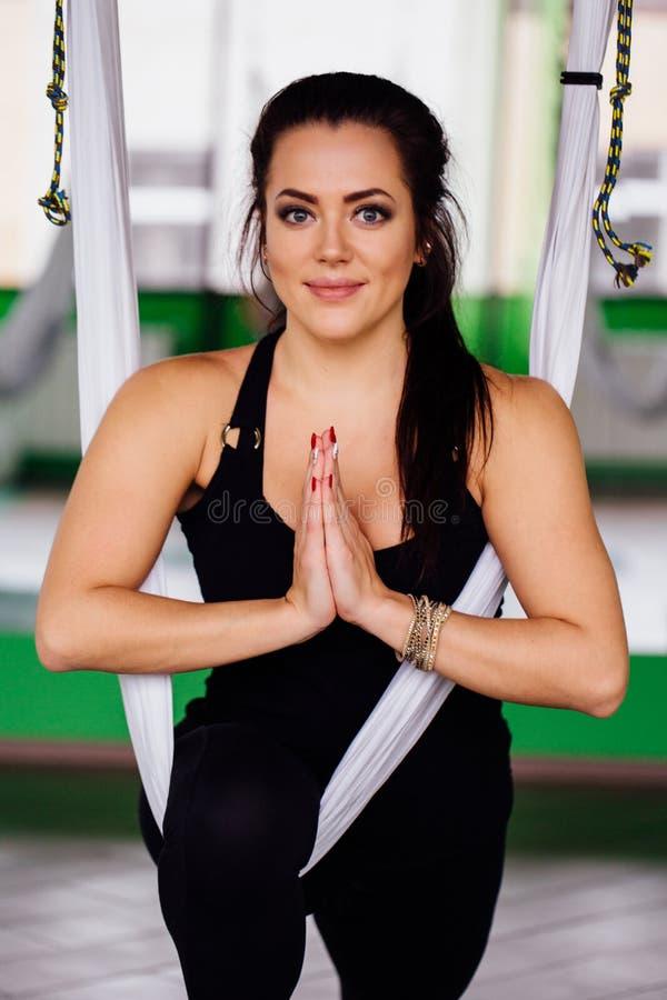 Νέες γυναίκες πορτρέτου που κάνουν τις ενάντιες στη βαρύτητα ασκήσεις γιόγκας Εναέριος εκπαιδευτής ικανότητας μυγών aero workout  στοκ φωτογραφία με δικαίωμα ελεύθερης χρήσης