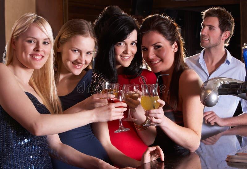 Νέες γυναίκες που πίνουν στη ράβδο στοκ φωτογραφία